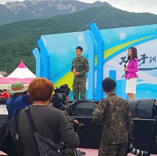 俳優イ・スンギ、「地上軍フェスティバル」出演中。 (3枚)