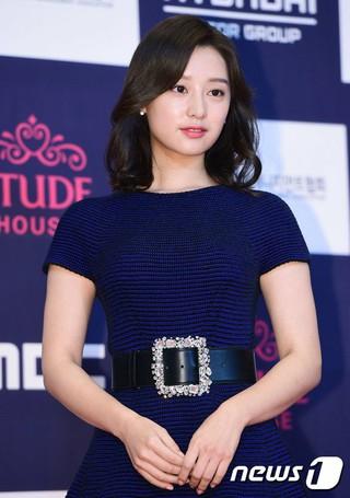 女優キム・ジウォン、演技賞。ドラマ「太陽の末裔」、授賞式「2016 APAN Star Awards」 (4枚)