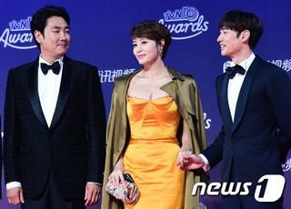 俳優イ・ジェフン、ドラマ「SIGNAL」チームと「tvN10 AWARDS」参加。一山KINTEX、ソウル近郊。女優キム・ヘス、俳優チョ・ジヌンも