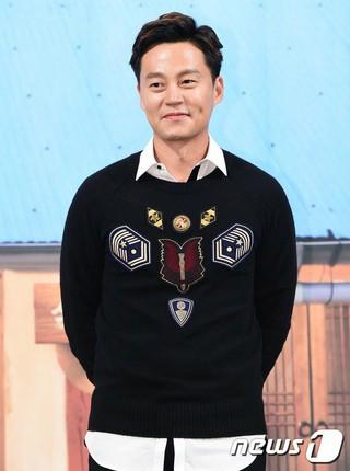 俳優イ・ソジン、制作発表会。バラエティ「三食ごはん-漁村編3」 (4枚)
