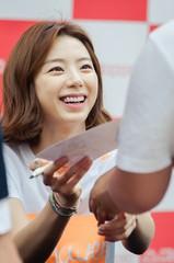 韓流スターのペ・ヨンジュン との結婚を発表した女優パク・スジン。10日午後、ソウルのロッテデパート本店の野外広場でスポーツブランドKappaのファンサイン会を開催した。