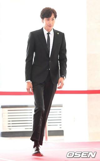 俳優イ・グァンス、2016大韓民国大衆文化芸術賞。レッドカーペット。 (3枚)