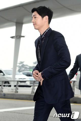 俳優ソン・ジュンギが出演ドラマ「太陽の末裔」に登場する特殊部隊のような出国をしている。香港で開かれる「2016 Dior Homme Winter Collection Live」