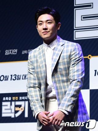 俳優イ・ジュン、映画「LUCK-KEY」制作発表会に出席。 (3枚)