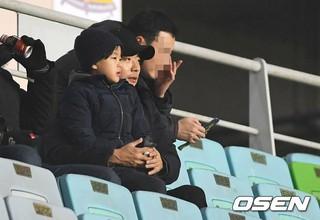 俳優クォン・サンウ、息子と共に「2016 U-19水原コンチネンタルカップ」イングランド戦を観戦。@水原ワールドカップ競技場 (3枚)
