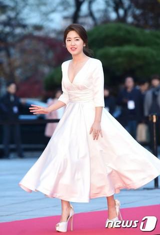 """""""リトル イ・ヨンエ""""こと女優パク・ヘス、「2016 Asia Artist Awards」レッドカーペット。 ソウル、慶熙大学、平和の殿堂。"""
