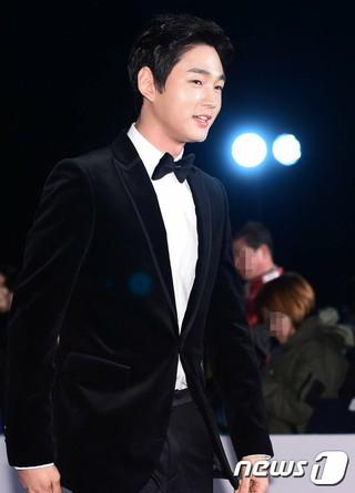 俳優イ・ウォングン、第37回「青竜映画賞」参加。ソウル東大門区、慶煕(キョンヒ)大学「平和の殿堂」。 (1枚)