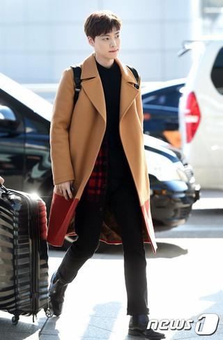 俳優アン・ジェヒョン、香港へ出国中。明日の「MAMA」参加、仁川国際空港。 (3枚)