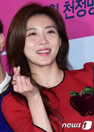女優ハ・ジウォン、映画「命を賭けた恋愛 」VIP試写会に出席。@ソウル・往十里(ワンシムニ)CGV (2枚)
