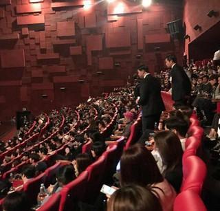 俳優イ・スヒョク、映画館でBIGBANG T.O.P 探し。映画「マスター」VIP試写会。 (2枚)