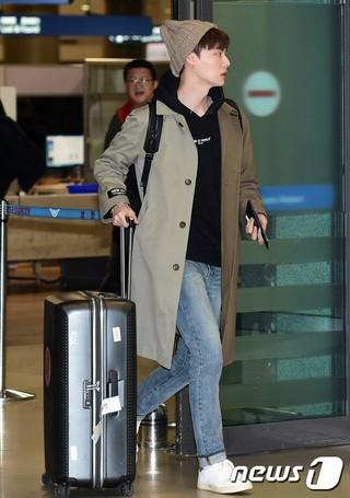 俳優アン・ジェヒョン、帰国。「新西遊記」収録完了、仁川国際空港。 (2枚)