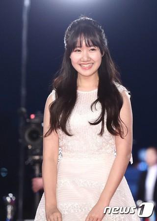 女優チン・ジヒ、レッドカーペット参加。「2016 KBS 演技大賞」、ソウル汝矣島(ヨイド)KBSホール。