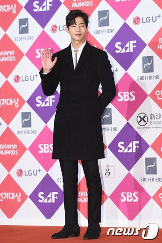 俳優ソン・ジェリム、レッドカーペット参加。「2016 SAF SBS 演技大賞」、ソウル上岩(サンアム)SBSプリズムタワー。 (2枚)