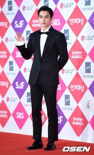 俳優ユ・スンホ、レッドカーペット参加。「2016 SAF SBS 演技大賞」、ソウル上岩(サンアム)SBSプリズムタワー。 (2枚)