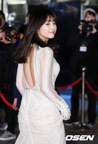 女優キム・ジウォン、MCとしてレッドカーペット参加。「2016 KBS 演技大賞」、ソウル汝矣島(ヨイド)KBSホール。 (2枚)