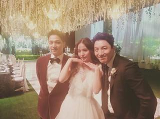 BIGBANG SOLの兄で俳優のドン・ヒョンベ、弟の結婚を祝福。弟夫妻との写真と家族写真公開。