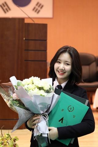 女優チン・ジヒ、高校の卒業式に出席。