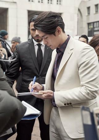 俳優ヒョンビン、近況公開。ミラノファッションウィーク・フェラガモコレクション。