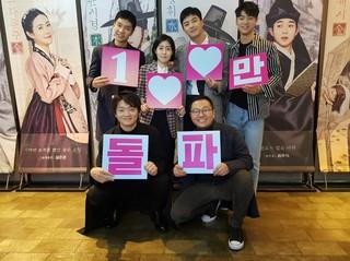映画「相性」が公開7日で100万人を突破。俳優イ・スンギ、シム・ウンギョン らが観客と喜びを分かち合う。