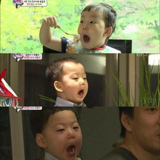 俳優ソン・イルグク の三つ子の息子たちが、こんな風に口を開ける理由。…パパもそうしていたから!