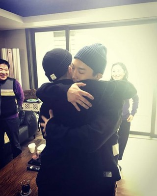 俳優ドン・ヒョンベ、弟BIGBANG SOLの入隊を応援。「愛する弟。いってらっしゃい。僕らの家は僕がきちんと守るから。りりしい姿になぜ僕がうるっとくるのか。怪我せず、気をつけて行