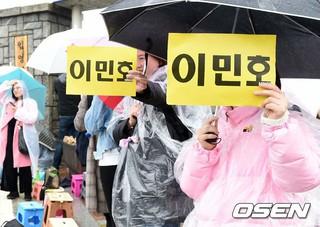 俳優イ・ミンホ を待っていたファンたち。15日午後、論山(ノンサン)訓練所に入所。