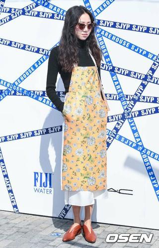女優コン・ヒョジン、ソウル市内で開かれたSJYP 18 Summer/Pre-fall プレゼンテーション記念フォトウォールに参加。