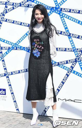 女優ユン・スンア、ソウル市内で開かれたSJYP 18 Summer/Pre-fall プレゼンテーション記念フォトウォールに参加。