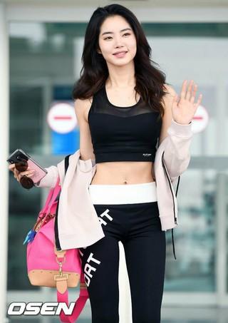 女優ファン・スンオン、画報撮影のためLAに出国。28日午後、仁川国際空港。スポーティーな格好で、気分はもう夏。