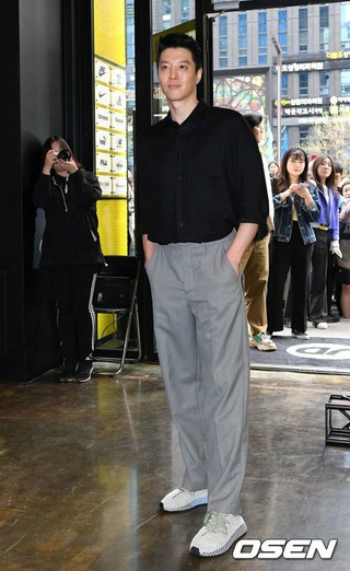 俳優イ・ドンゴン、シューズ-衣類マルチショップのオープンイベントに出席。13日午後、ソウル・江南区。