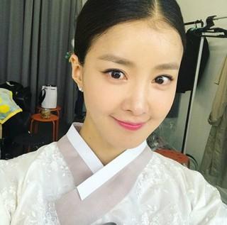 女優イ・シヨン、SNS更新。韓服姿で撮影中。