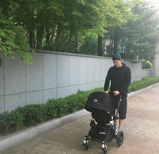 女優チョ・ユンヒ、夫で俳優のイ・ドンゴン の優しいパパの姿を公開。