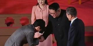 チョー・ヨンピル、「折り畳みケータイ握手」で論争中。●韓国公演団として北朝鮮を訪問●27日の南北首脳会談の時、北朝鮮のキム・ジョンウン委員長と再会。●両手で握手しながら