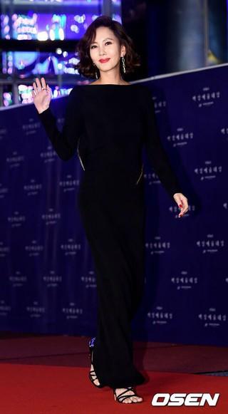 女優キム・ナムジュ、レッドカーペット行事中。俳優キム・スンウ夫人。第54回ペクサン芸術大賞、ソウルCOEX。