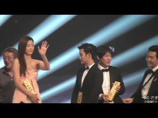 【動画】俳優キム・スヒョン、「儒教の国」韓国で求められる後輩の姿勢。●2014年の百想(ペクサン)芸術大賞●授賞式の後、記念写真撮影の時。●端っこに向かう素早いバックステップ。