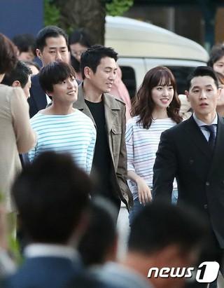 俳優チュ・サンウク、ユン・シユン、女優チン・セヨン、ドラマ「大君―愛を描く」視聴率公約のフリーハグイベント実施~その1。ソウル・光化門駅。