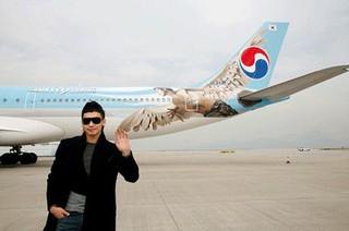 Rain(ピ)、過去の写真が話題。大韓航空の「ラッピング」飛行機。