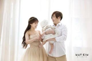 「K-POP初のアイドル夫婦」、娘との家族写真を公開。●H.O.T 出身ムン・ヒジュン、●Crayon Pop 出身のソユル。●昨年2月12日に結婚。5月に出産。※韓国では