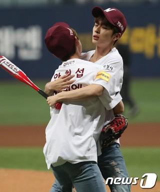 PRODUCE 101 出演の歌手アン・ヒョンソプが始球、ユ・ソンホが始打を終えて抱き合う。ネクセン・ヒーローズ対KIAタイガース。ソウル・高尺スカイドーム。