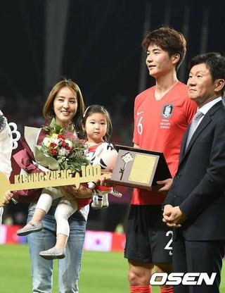 女優ハン・ヘジン & サッカー韓国代表のキ・ソンヨン 夫婦の4歳の娘シオンちゃん、初めて公の場に。