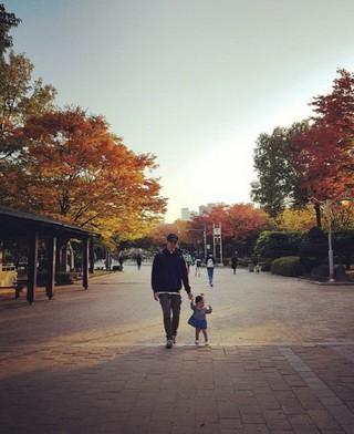 3年前に結婚していたことが分かった俳優キム・ジュン、2歳になる娘との写真を公開。T-MAX としてデビュー後、「花より男子」のF4役などで活躍。