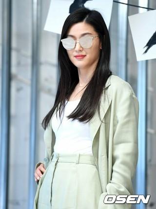 女優チョン・ジヒョン、GENTLE MONSTERのローンチイベントに出席。8日午後、ソウル。