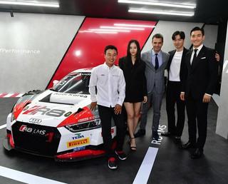 【g公式】SUPER JUNIOR シウォン、f(x)クリスタル、俳優イ・ジヌク との記念写真。●「Progress never stops」Team Audi Korea。
