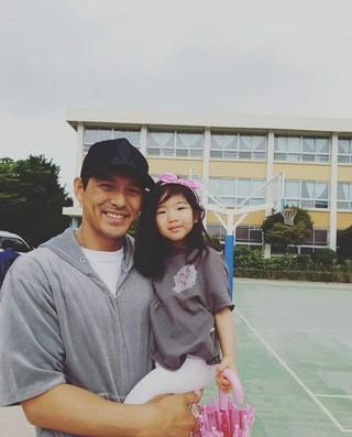 俳優オ・ジホ、韓国統一地方選挙の投票完了を報告。娘のソフンちゃんと一緒に。