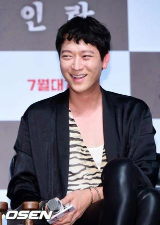 俳優カン・ドンウォン、映画「人狼」の制作報告会に出席。18日午前、ソウル・CGV狎鴎亭(アックジョン)。