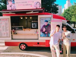 【G公式】俳優チェ・テジュン、コーヒーのケータリングカーを送ってくれた女優イ・ソンビンに感謝。ドラマ「フンナムジョンウム」共演のナムグン・ミンとの記念写真公開。