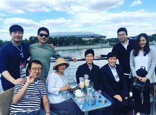 """妊娠中の女優ハン・チェア、""""義父""""で元サッカー韓国代表チャ・ボムグン氏ら家族とW杯中のロシアへ。現地での記念写真を公開。"""