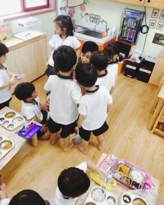 【G公式】東方神起_ユンホ、「弟子たち」と再会。。●久しぶり〜、再び会った弟子たち〜♡ ●私たち「山鳥」のクラスメート!ありがたく〜●ピザを食べながら良い時間を過ごしま
