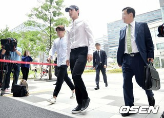 俳優イ・ソウォン、強制わいせつおよび特殊脅迫容疑で初の刑事裁判に出席。12日午後、ソウル東部地方裁判所。