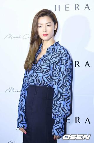 女優チョン・ジヒョン、「HERA」ポップストアに登場。
